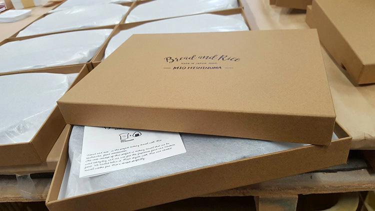「パンとごはんと…」シリーズの梱包作業