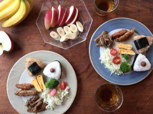 丸い縁取りの陶器と朝食