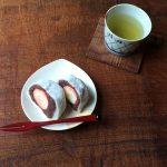 大角玉屋の元祖いちご豆大福と掻き落としの陶器の豆皿