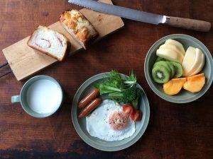 ceradon greenのお皿とタダフサのパン切り包丁