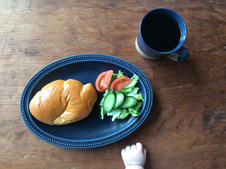 クリームパンと赤ちゃんの手