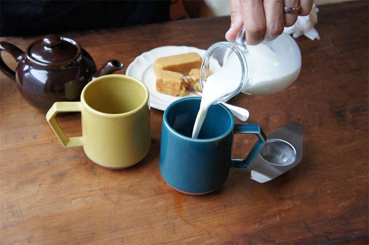 ミルクを入れてから紅茶をそそぐのがポイント