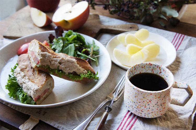 カフェプレートを使ってサンドイッチを。