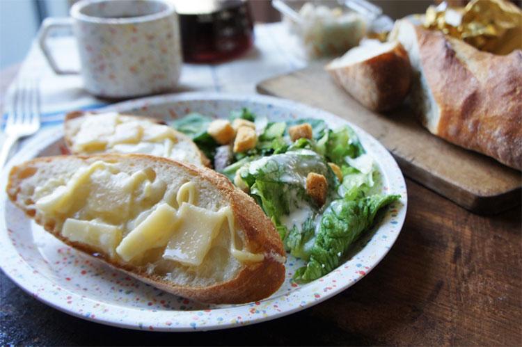 パルメザンチーズをのせたバタールで朝食